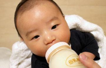 ミルクを飲む息子