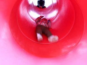 トンネルすべり台を滑る息子