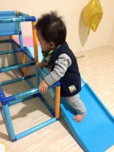 滑り台を逆から登る息子