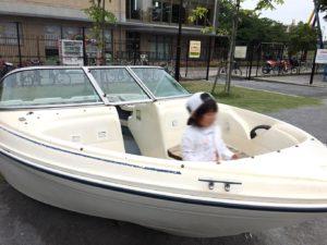ガラクタ広場のボート
