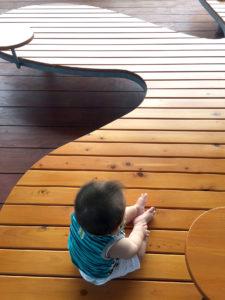 テラスのベンチで赤ちゃんも休憩