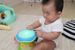 ドラムを叩く息子