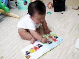 くろくまくんの絵本を読む息子