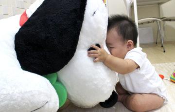 スヌーピーに抱きつく息子