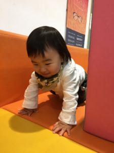 2歳までのスペースで遊ぶ息子