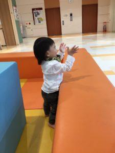 2歳までのスペースから手を振る息子