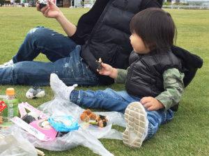 芝生広場で即席ピクニック