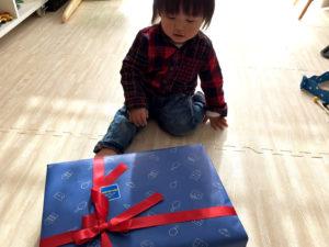 プレゼントに近寄る息子