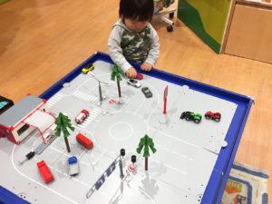 SIKU WORLD シティーをお店で遊ぶ息子