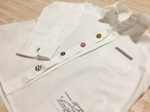 ボタンが全部違う白シャツ