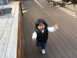 みんなの庭でニコニコ走る息子