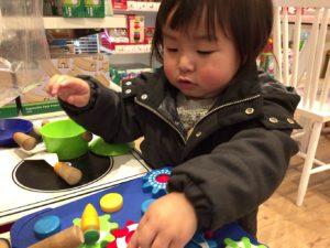 アーノットのおもちゃで遊ぶ息子