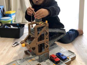 メーター基地で遊ぶ息子