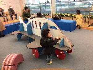 飛行機のベンチ遊具