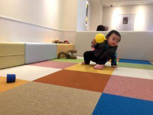 プレイスペースで遊ぶ息子