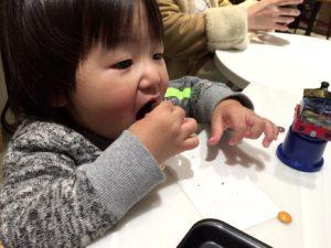 クッキーを食べる息子