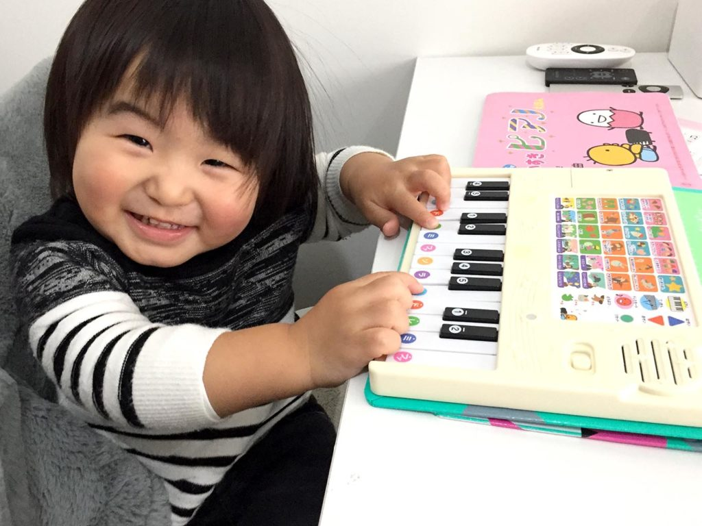 楽しそうにピアノを弾く息子
