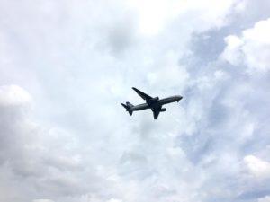 公園上空の飛行機