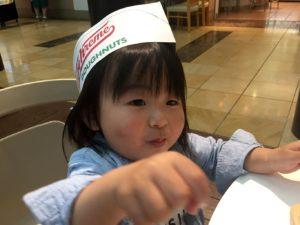 ドーナツ屋さん帽子でドーナツを食べる息子