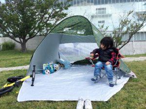 ポップアップテントを公園で設置
