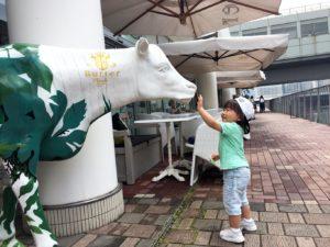 店外の牛さんにタッチする息子