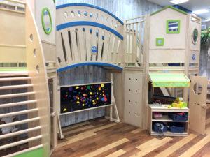 木製遊具下にお部屋とお店