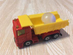 トラックに乗せて運ぶ息子