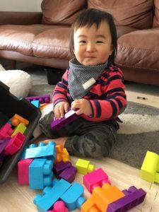 ブロックをケースから出して遊ぶ息子