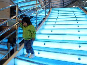 カラフルに光る階段