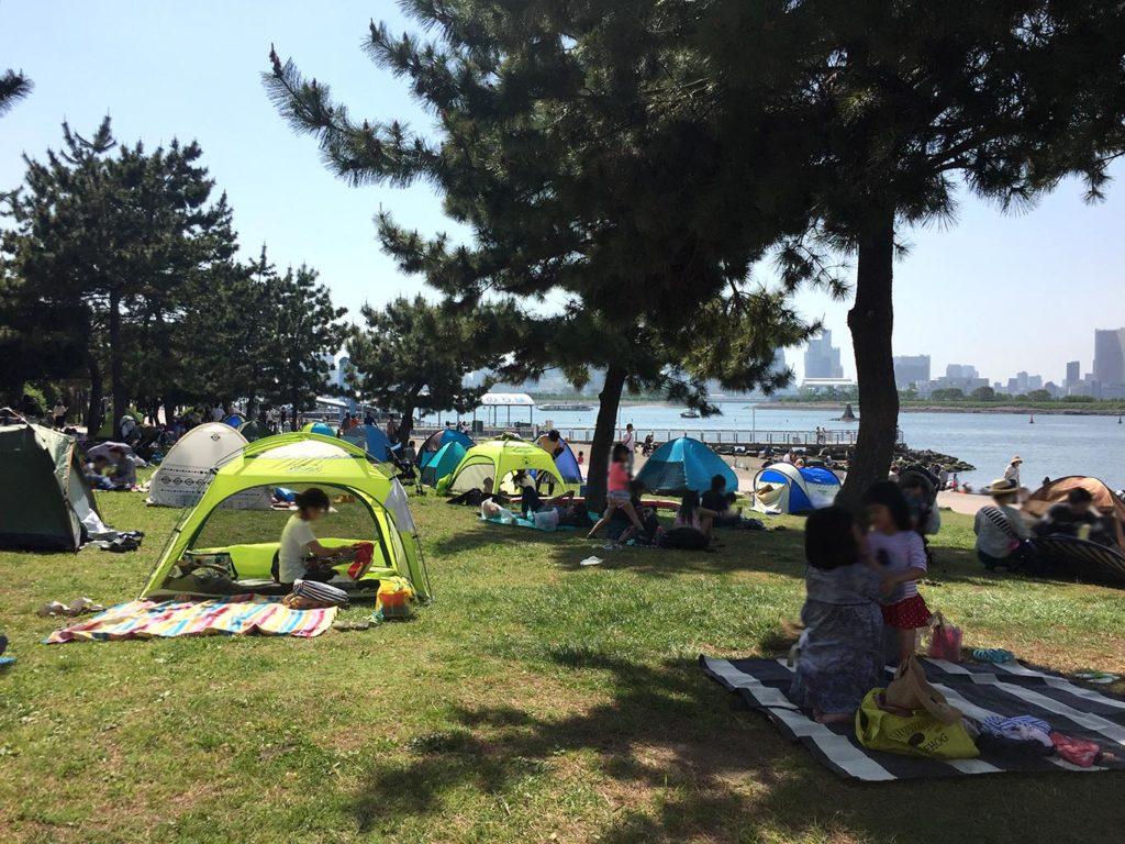 芝生エリアにテント群
