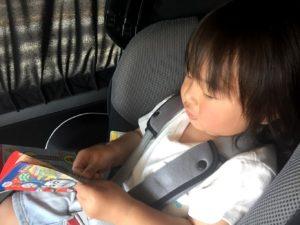 車内でシールに夢中の息子