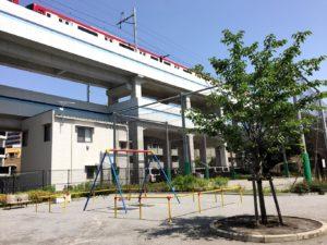 電車が見える公園