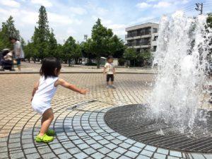 噴水で水遊び
