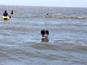 2歳児波が怖くてしがみつく