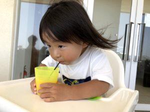 珍しくオレンジジュースを飲む息子