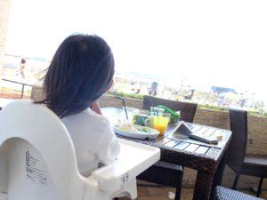 海を眺めながら食事