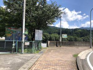 千頭駅横の河原への入口