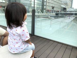 椅子に座って電車を眺められる
