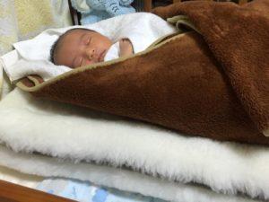 ムートンを敷いて眠る赤ちゃん