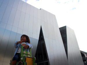 すみだ北斎美術館と遊ぶ子供のフォトスポット