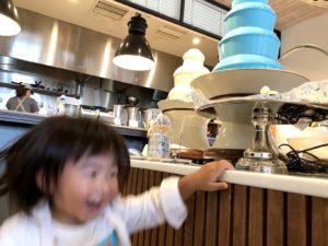 チョコレートファウンテンに興奮する息子