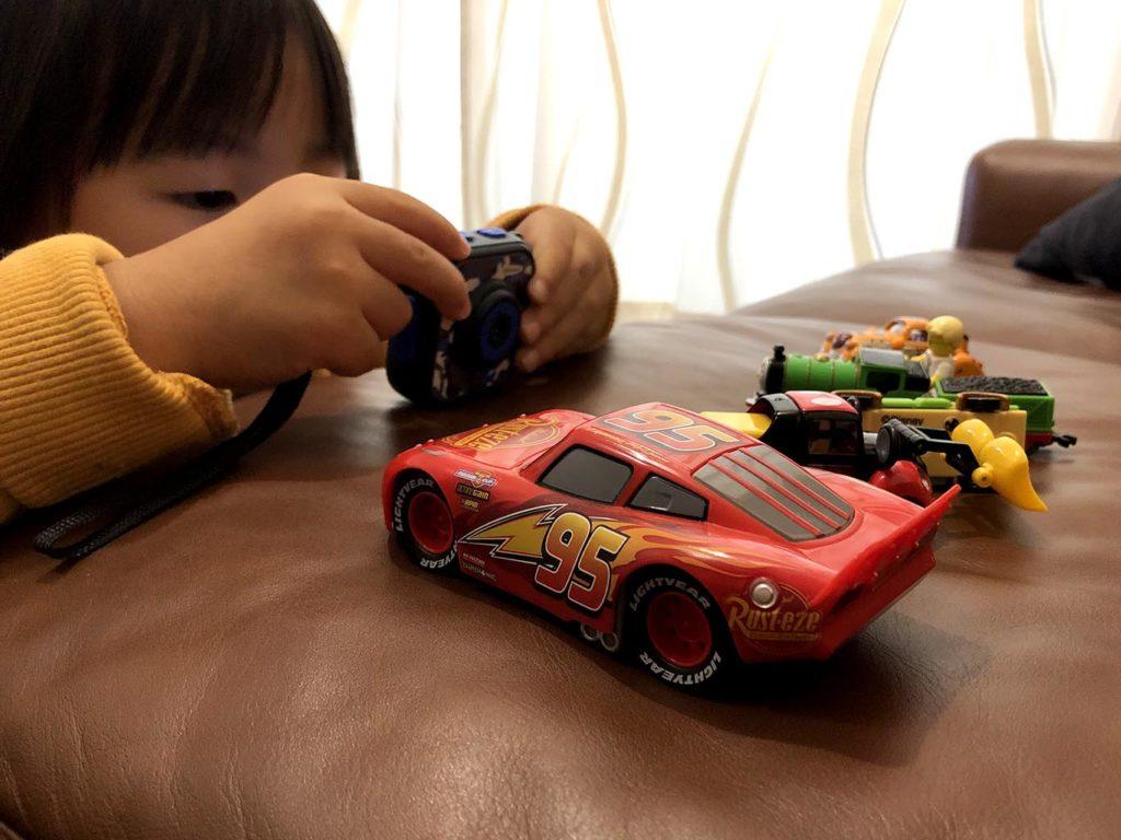 キッズカメラでおもちゃを撮影