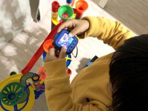 キッズカメラで撮影を楽しむ息子