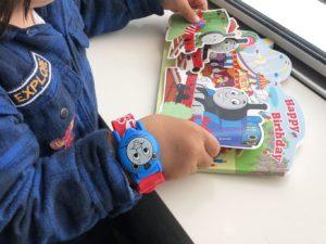 時計を嬉しそうにつけている息子
