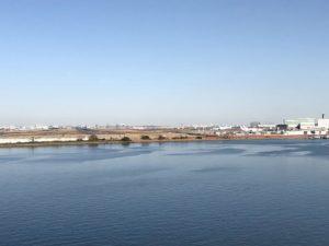 デッキから羽田空港を望む