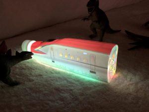 4色に光るトレインボトルで遊ぶ息子
