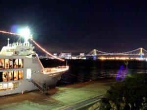 ヴァンテアンと東京湾の夜景