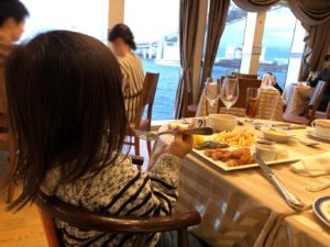 船内でゆったり食事
