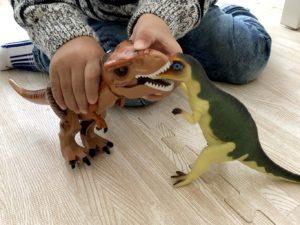 恐竜フィギュアと対決
