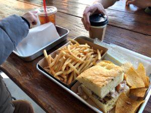 サンドイッチとポテト